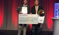 Jens och Henrik mottar stipendie för bästa examensarbete